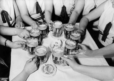Mitglieder eines Berliner Damenkegelklubs beim Biertrinken. Photographie. Deutschland. Um 1935 Members of the women bowling-society of Berlin drinking beer. Photogrphy. Germany. Around 1935.